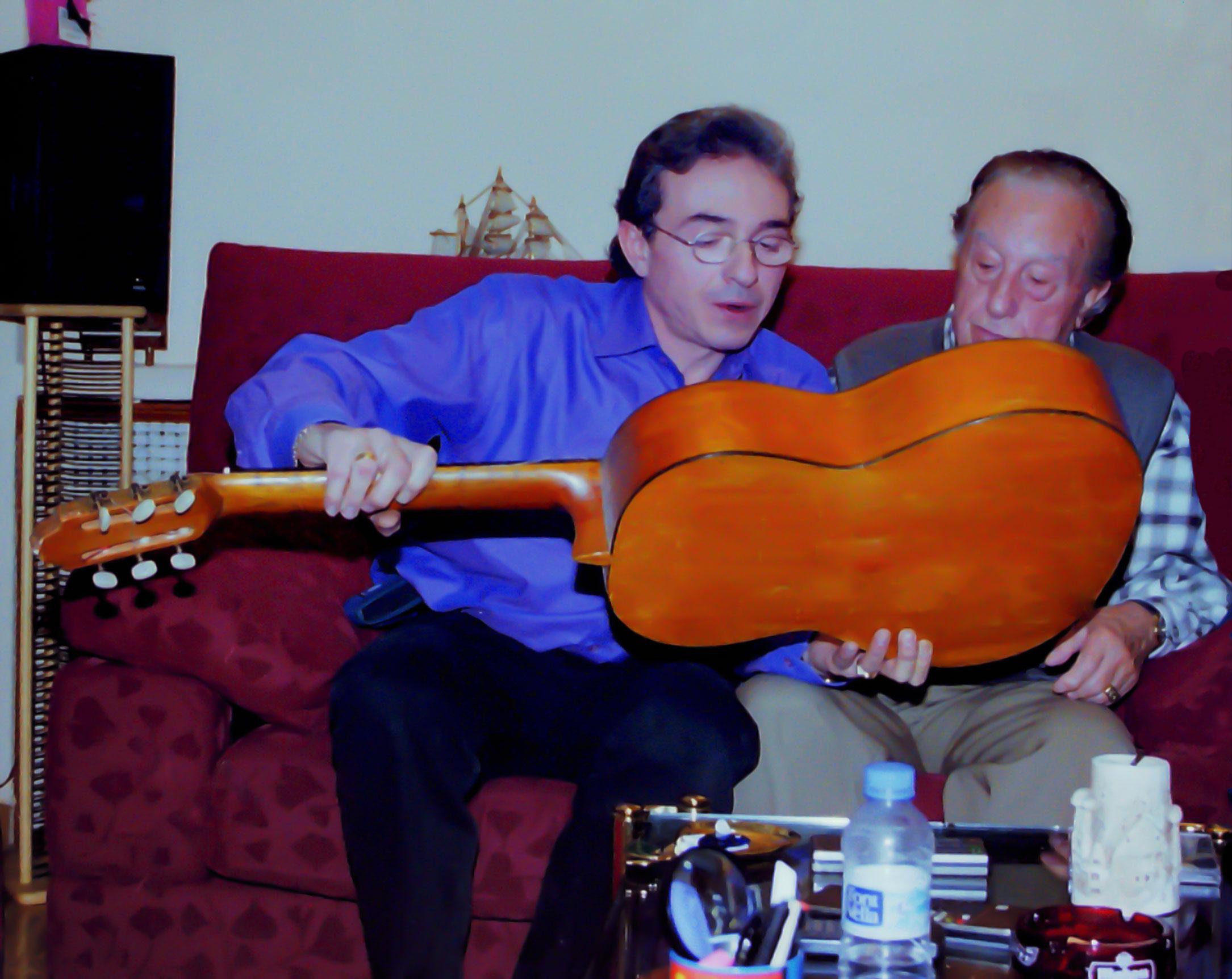 21-Con su hijo Francisco leyendo la dedicatoria de la guitarra donde se compuso Esta cobardía.