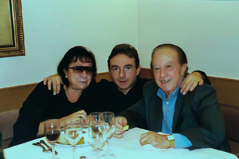 8-En una fiesta de cumpleaños con su esposa e hijo Francisco.