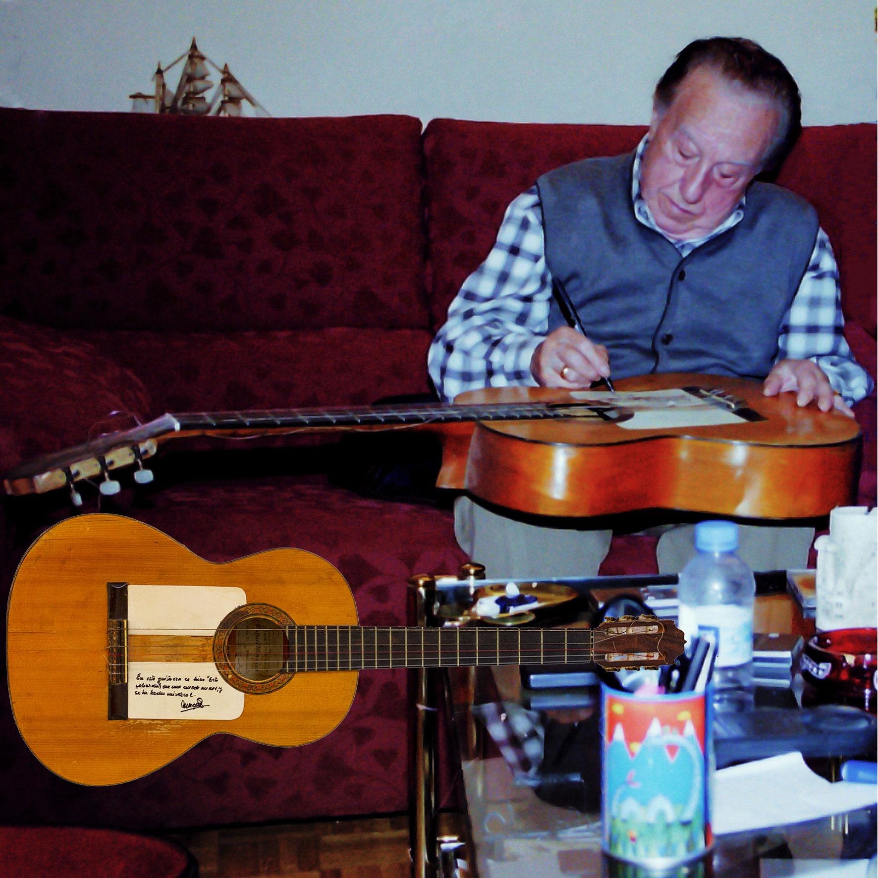 20-Firmando la guitarra donde se compuso Esta Cobardía.